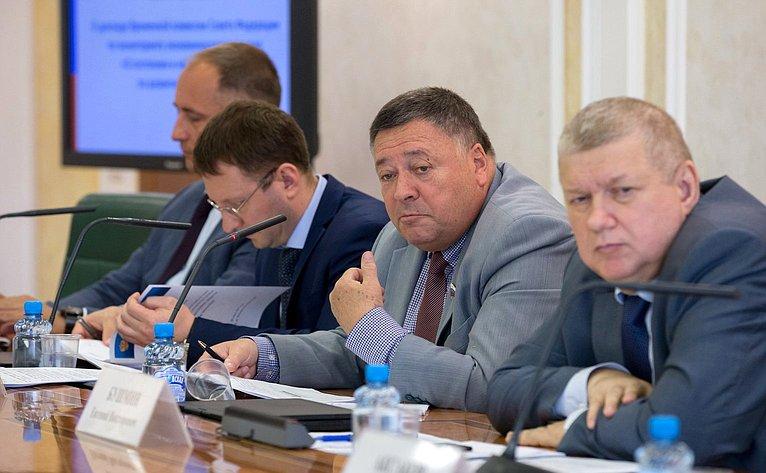 Парламентские слушания пообсуждению доклада Временной комиссии СФ помониторингу экономического развития «Осостоянии инеотложных мерах поразвитию экономики»