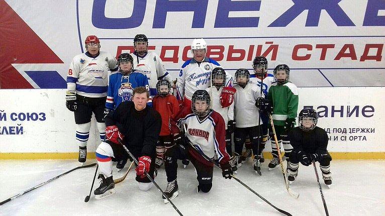 Юрий Воробьев принял участие втренировочном занятии юных хоккеистов