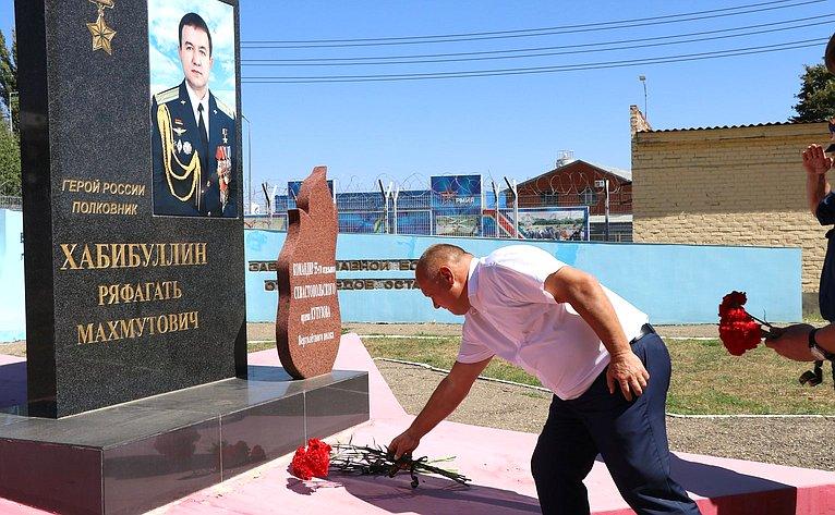 Алексей Кондратенко возложил цветы кОбелиску памяти наАллее Славы вертолётного полка