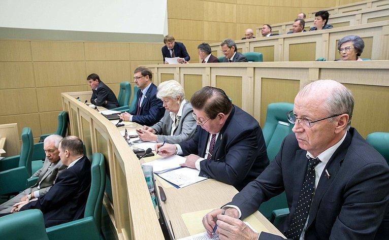 Сенаторы на395-м заседании совета Федерации