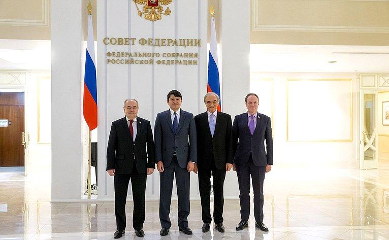 Встреча И. Умаханова спредседателем Государственного комитета Азербайджанской Республики поработе сдиаспорой Ф. Мурадовым