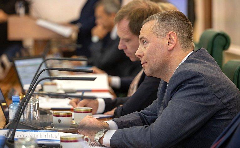 Парламентские слушания Комитета СФ побюджету ифинансовым рынкам натему «Вопросы совершенствования законодательства РФ оконтрактной системе всфере закупок товаров, работ, услуг для обеспечения государственных имуниципальных нужд»