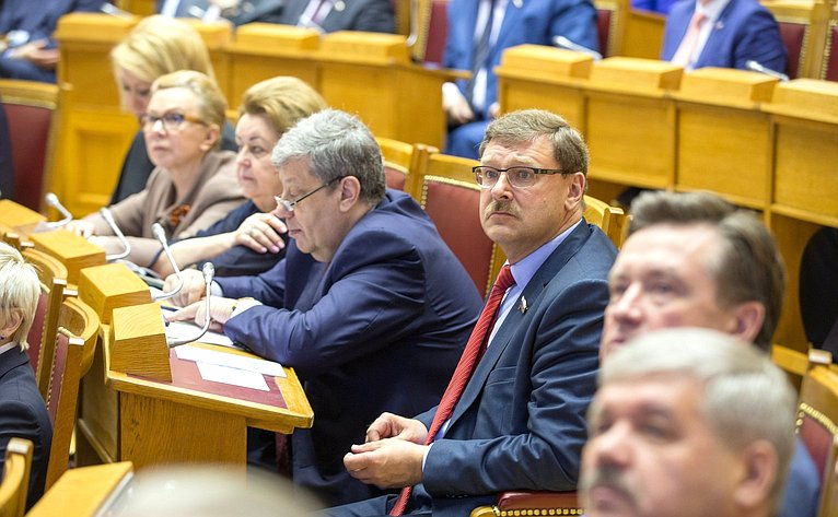 Члены Совета Федерации напленарном заседании Совета законодателей Российской Федерации