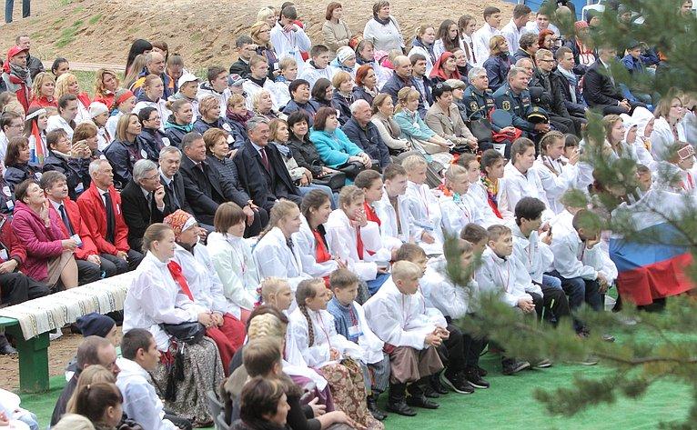 Участники Первого Всероссийского детского фестиваля «Наследники традиций»
