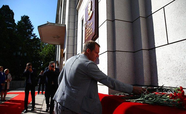 Возложение цветов кпамятной табличке Героя России А.Г.Карлова вПосольстве России вКНДР