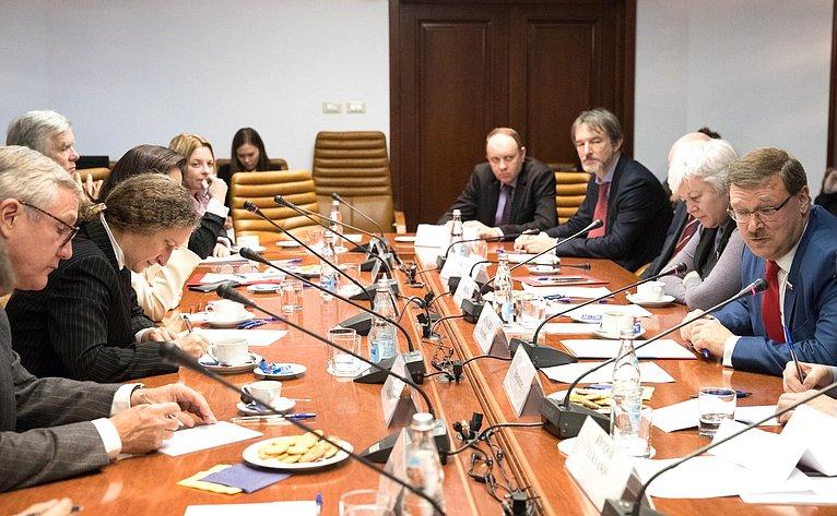 Встреча председателя Комитета СФ помеждународным делам Константина Косачева сзарубежными экспертами иполитологами стран Европы иСША