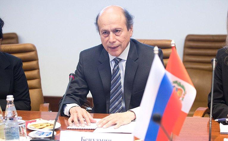 Константин Косачев провел встречу сЧрезвычайным иПолномочным Послом Перу вРоссийской Федерации Бенхамином Чимоем