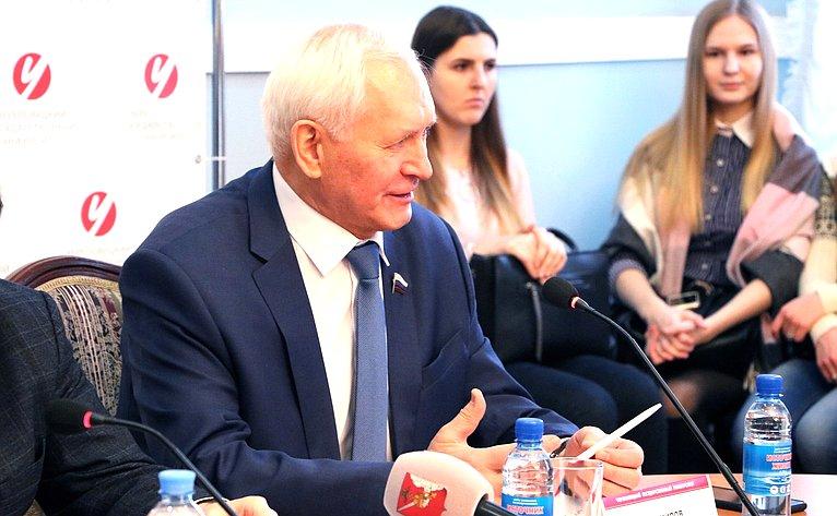 Николай Тихомиров принял участие взаседании Молодежного дискуссионного клуба г. Череповца