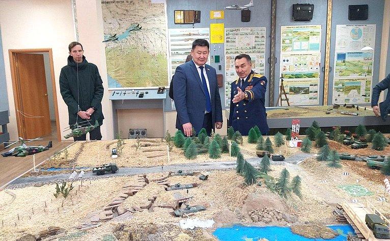 Вячеслав Мархаев осмотрел классы военно-медицинской, инженерной, общей военной подготовки, военной истории, основ морского дела, музей оружия