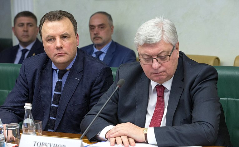 А. Муравьев иА. Торкунов