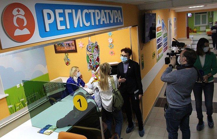 Татьяна Кусайко посетила медучреждения Кольского района