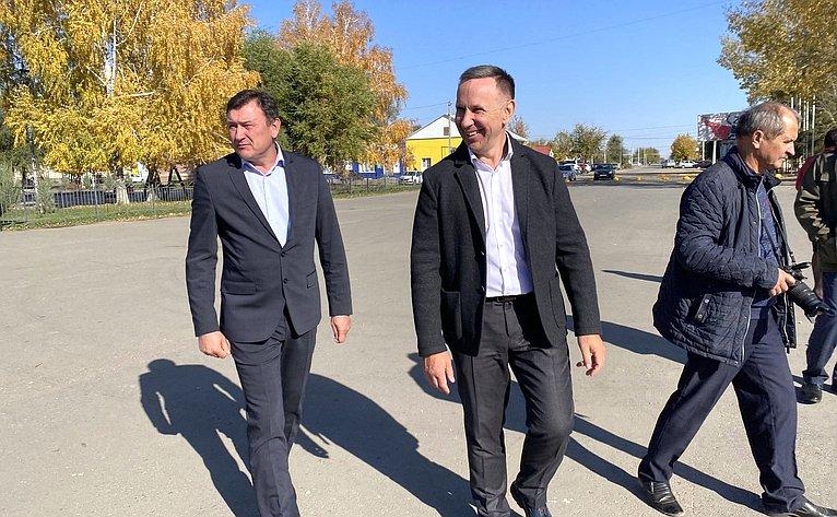 Олег Алексеев входе работы врегионе посетил Питерский район