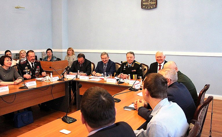 Николай Тихомиров принял участие вочередном заседании Молодежного дискуссионного клуба города Череповца