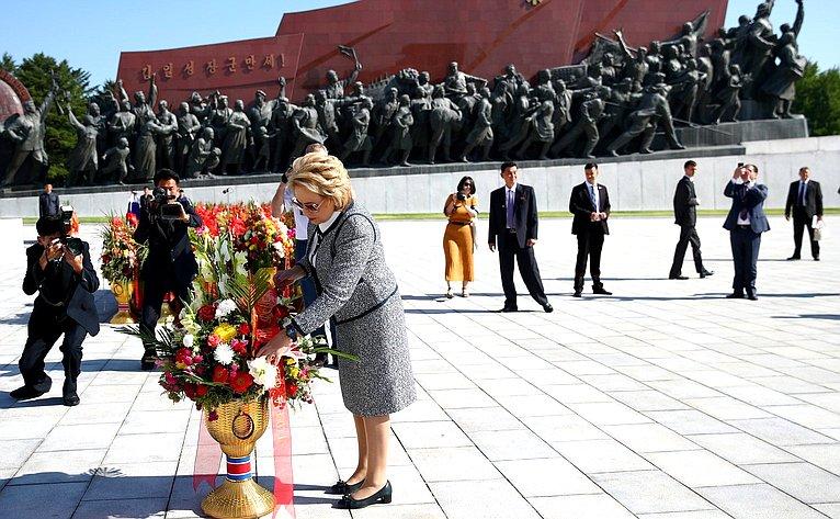 Возложение цветов кМонументу «Два вождя»
