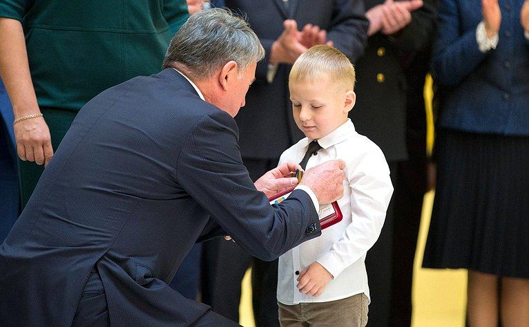Награждение детей-героев, проявивших мужество вэкстремальных ситуациях испасших человеческие жизни