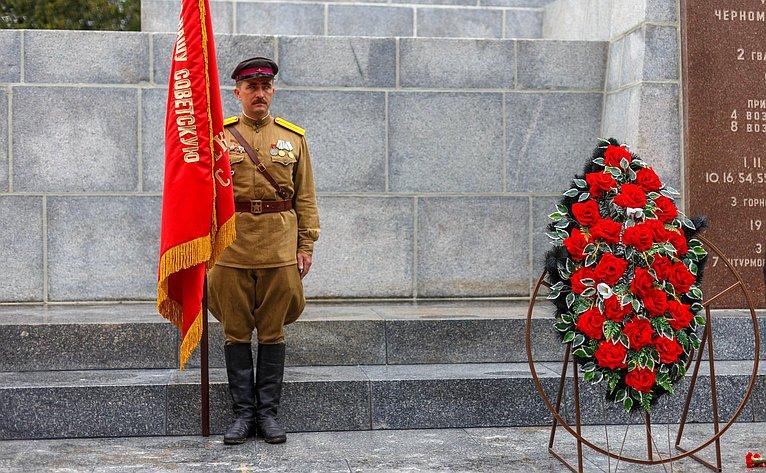Церемония возложения цветов кобелиску Славы наСапун-горе
