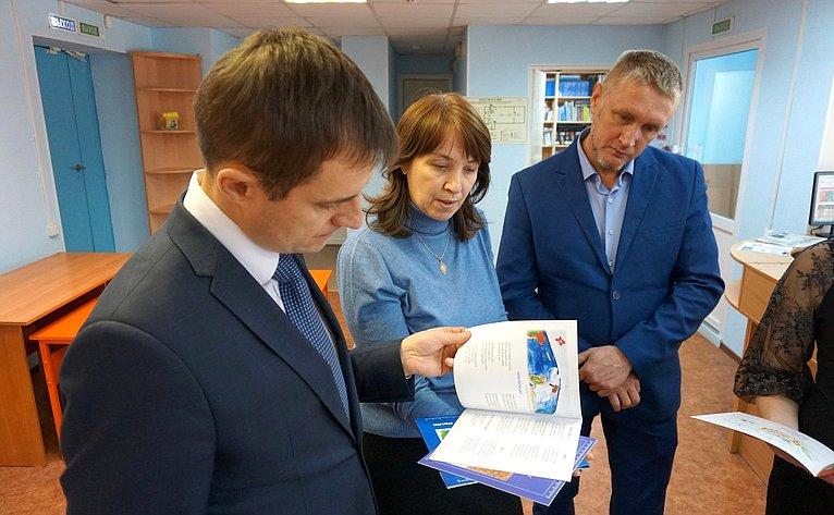 Дмитрий Шатохин вУсть-Куломском районе посетил Центр цифрового игуманитарного профилей «Точка роста»