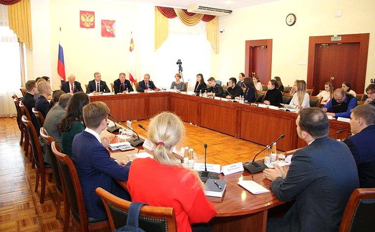 Юрий Воробьев принял участие вочередном заседании Дискуссионного клуба при Молодежном парламенте региона