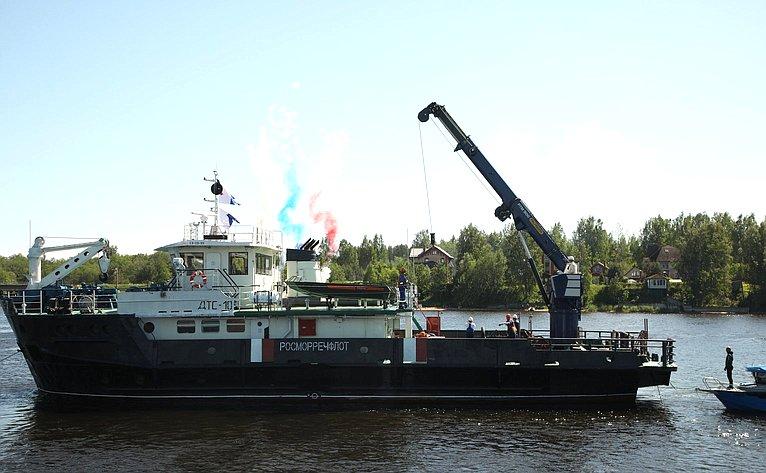 Сенаторы приняли участие вторжественной церемонии поднятия содна Невы врайоне Невского пятачка полковой пушки, затонувшей входе боев 1941года