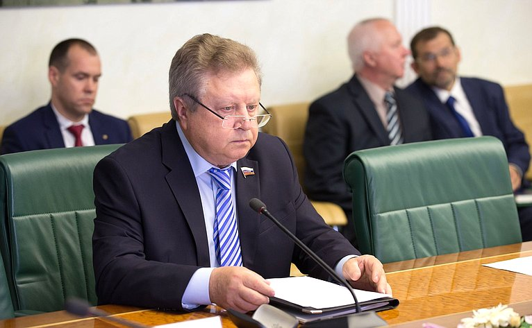 Е. Серебренников