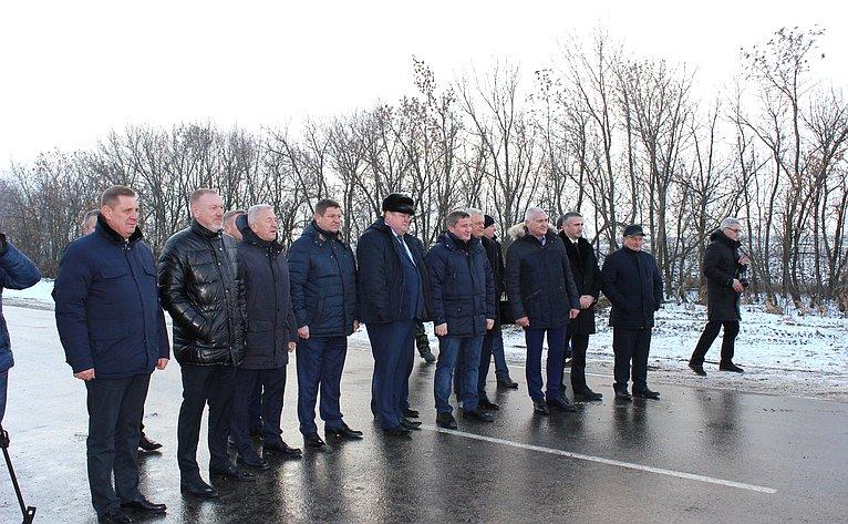Сергей Горняков принял участие взапуске автомобильного движения поодной изосновных региональных магистралей, которая связала Урюпинский иАлексеевский районы