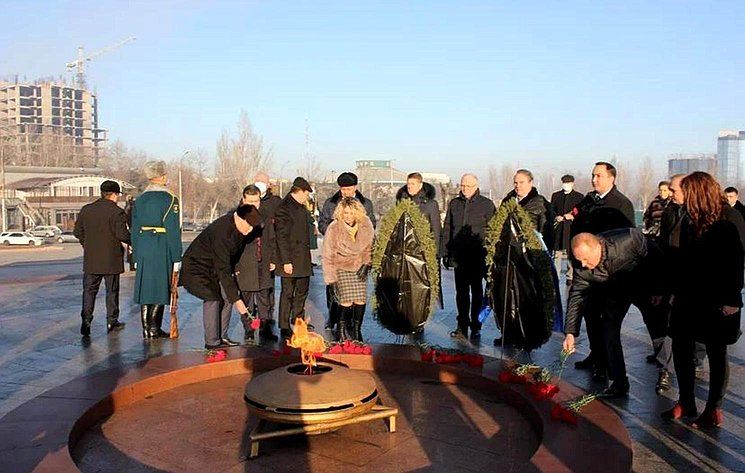 Сенаторы РФ возложили венки кмемориалу «Памятник Победы» вБишкеке