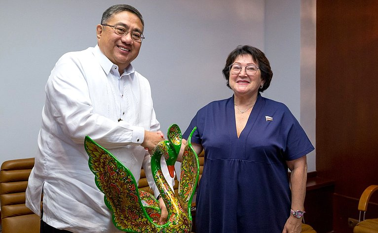 Встреча Людмилы Талабаевой сЧрезвычайным иПолномочным Послом Республики Филиппины вРФ Карлосом Д.Сорретой