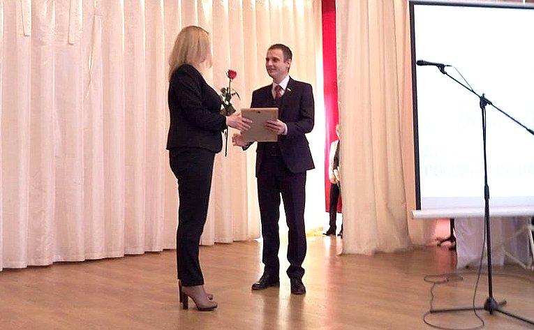Сергей Леонов наградил грамотами иблагодарственными письмами преподавателей средних ивысших учебных заведений