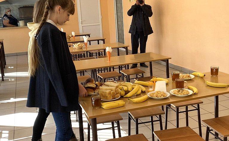 Олег Алексеев проверил, как организовано бесплатное питание для младшеклассников вшколе с. Питерка