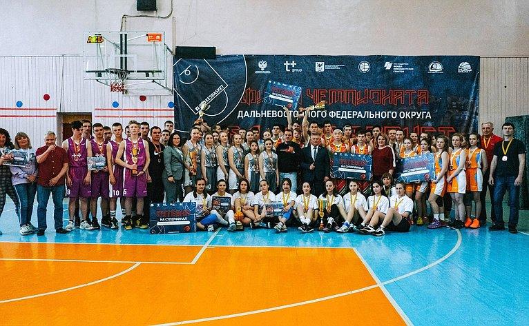 Сергей Михайлов принял участие внаграждении победителей финала чемпионата Дальневосточного федерального округа школьной баскетбольной лиги «Кэс-баскет»