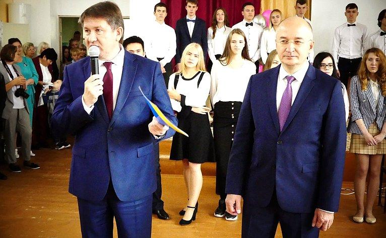 Сенатор Олег Цепкин принял участие вторжественной линейке вшколе №12 вБакале