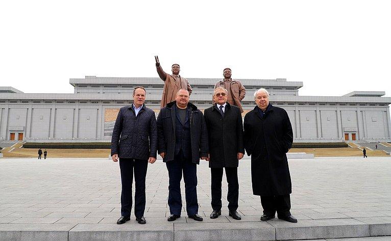 Нахолме Мансудэ. статуи северокорейских вождей