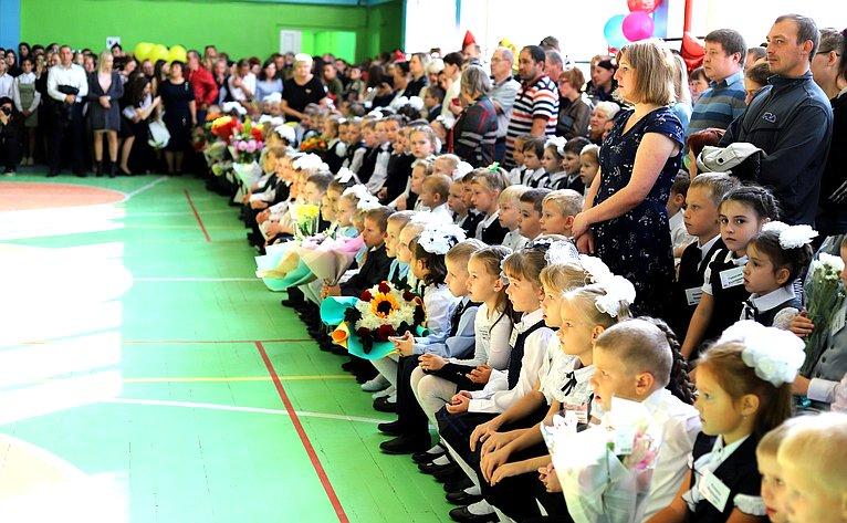 Праздничная линейка вчесть Дня знаний всреднеобразовательной школе №18 города Сыктывкара