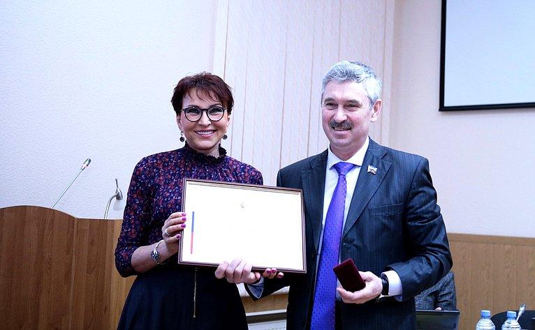 Татьяна Кусайко торжественно вручила Почетные Грамоты Председателя Совета Федерации депутатам Мурманской областной Думы