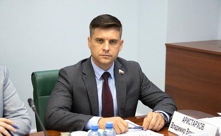 Юрий Архаров