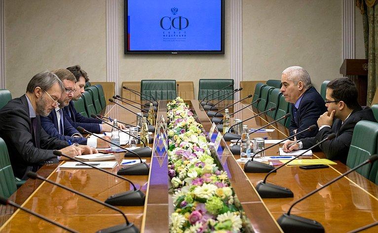 Встреча Константина Косачева сЧрезвычайным иПолномочным Послом Кубы вРФ Херардо Порталем