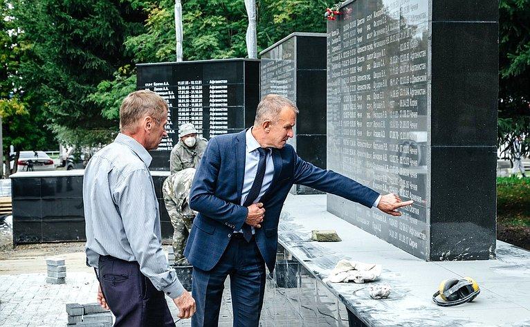 Владимир Кравченко проконтролировал ход работ, которые ведутся втомском сквере воинов-интернационалистов «Парк Победы»