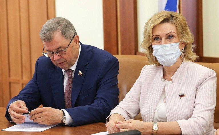 Анатолий Артамонов иИнна Святенко