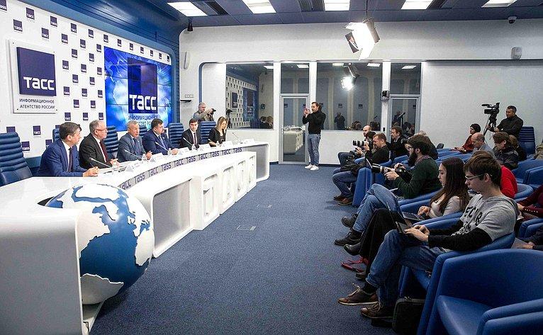 Пресс-конференция, посвященная докладу Временной комиссии СФ позащите государственного суверенитета ипредотвращению вмешательства вовнутренние дела РФ