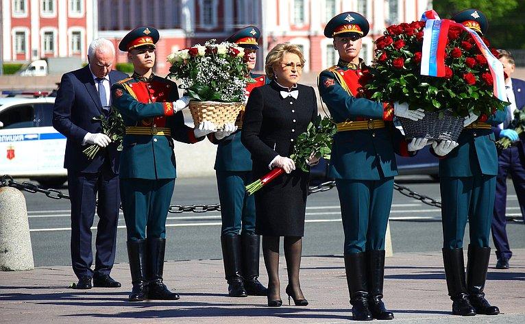 В. Матвиенко приняла участие ввозложении цветов кподножию памятника основателю Санкт-Петербурга Петру Первому «Медный всадник»
