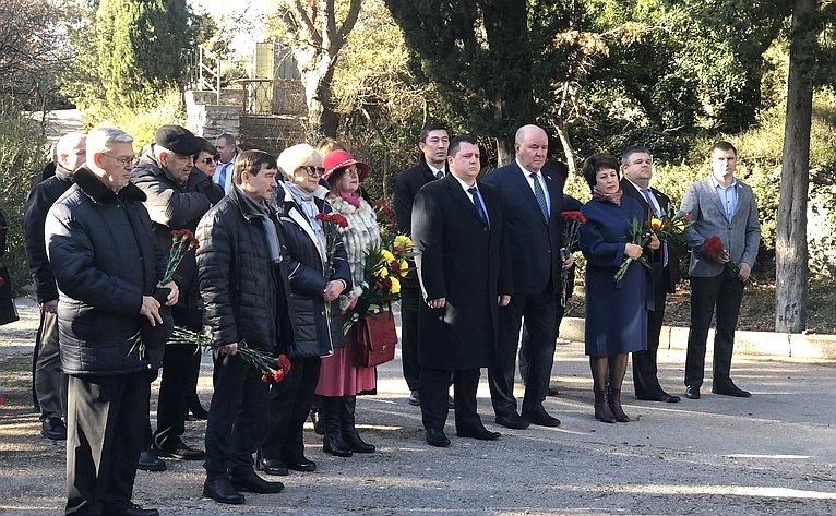 Церемония возложения цветов кмогиле Н.Я.Данилевского вФоросе