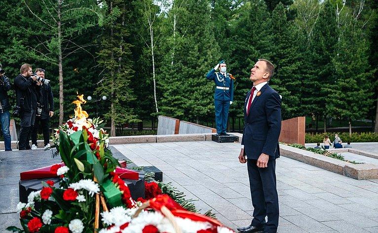 Владимир Кравченко возложил цветы кМемориалу боевой итрудовой славы вТомске