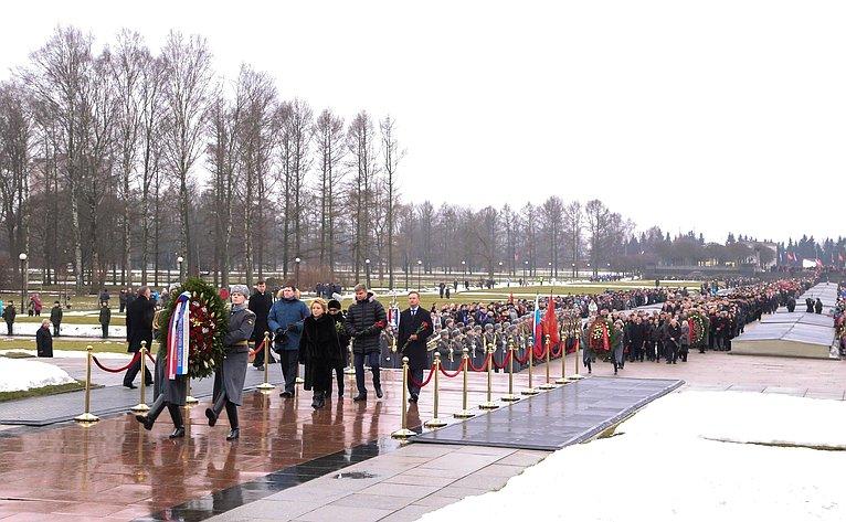 В. Матвиенко возложила венок кмонументу «Родина-мать» наПискаревском мемориальном кладбище