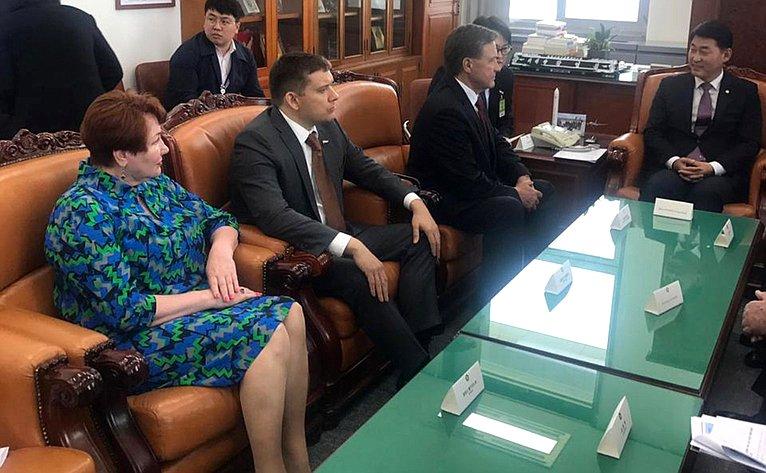 Встреча российских сенаторов сПредседателем специального комитета побюджету Национального собрания Республики Корея Хван Ён Чхолем