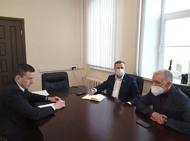 Сергей Березкин провел встречу сновым директором департамента здравоохранения ифармации региона Василием Тубашовым