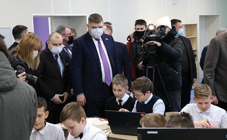 Дмитрий Василенко посетил новое здание школы вШлиссельбурге Ленинградской области