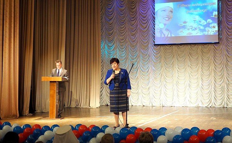 Л. Козлова приняла участие вторжественном мероприятии вСмоленске, посвященном Дню медицинского работника