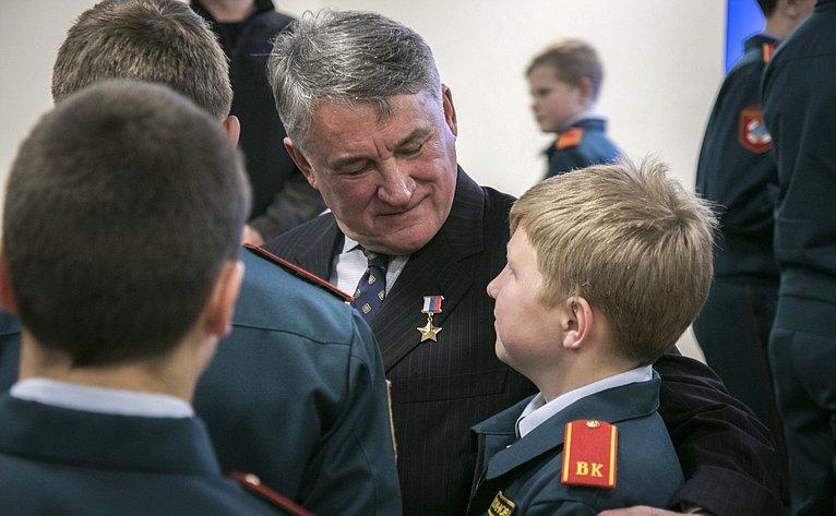 Ю. Воробьев направил поздравление сДнем защиты детей