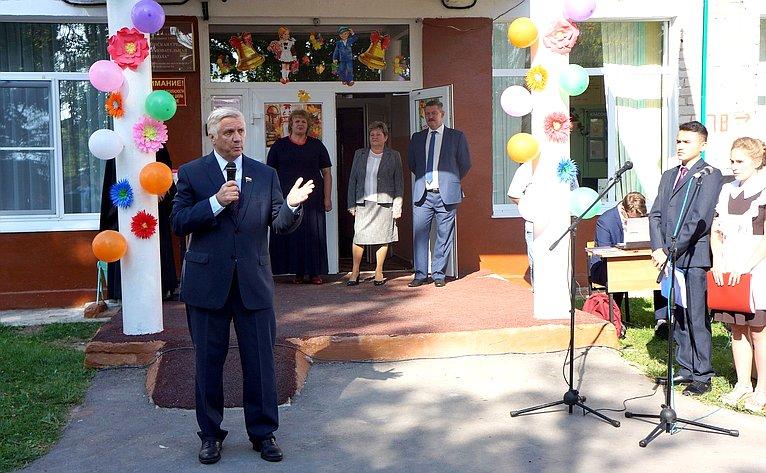 Юрий Волков принял участие вторжественной линейке вАхлебининской средней общеобразовательной школе Перемышльского района