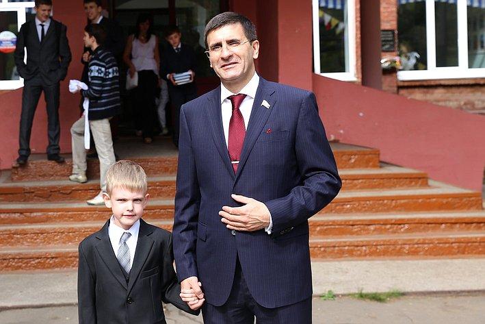 Игорь Зуга принял участие в школьных линейках в Омске, посвященных началу учебного года